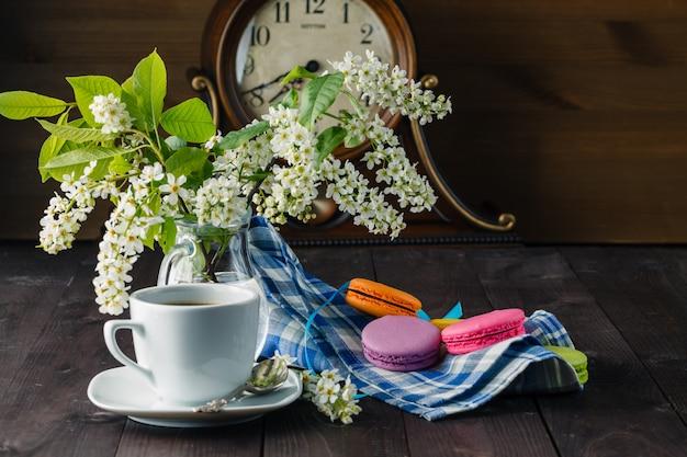 Frühlingsfrühstück mit blumen und makronen