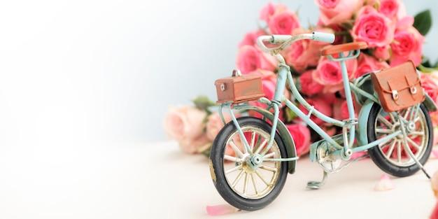 Frühlingshintergrund mit rosen und fahrrad