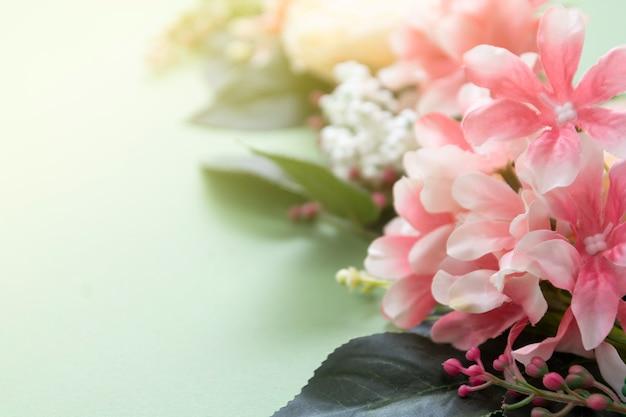 Frühlingshintergrund, weinleseblumenzusammensetzung auf grünem brett. festliches feld oder rand, exemplarplatz.