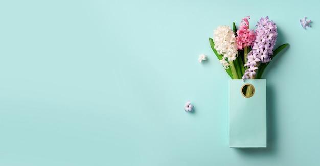 Frühlingshyazinthenblumen in der einkaufspapiertüte.