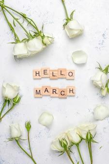 Frühlingskarte mit weißen rosen und blumen, draufsicht