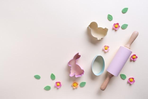 Frühlingskochzeit. verschiedene küchenbackutensilien. flach liegen. draufsicht, modell für rezept auf hellem hintergrund