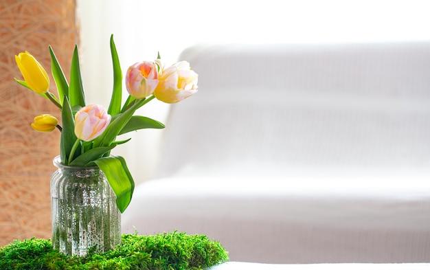 Frühlingskomposition mit bouquet von frischen tulpen opy raum.
