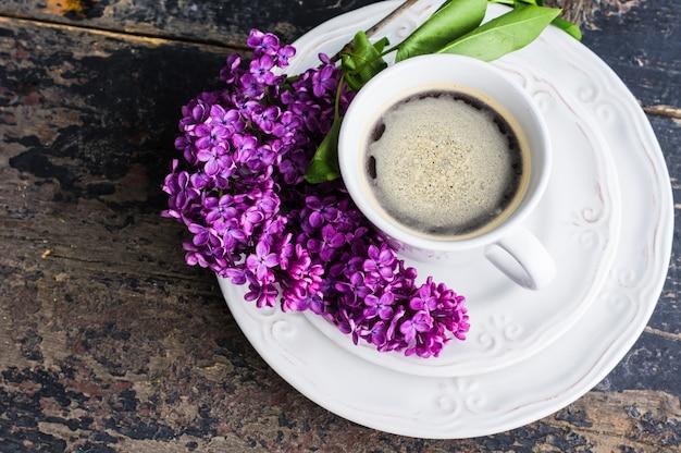 Frühlingskonzept mit lila blumen