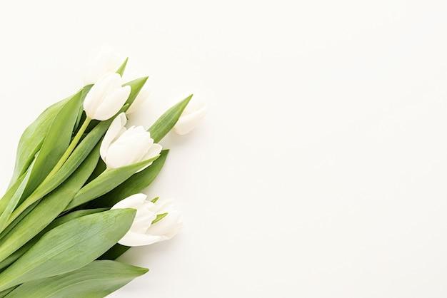Frühlingskonzept. weißer tulpenstrauß für modellentwurf auf weißem hintergrund mit kopienraum
