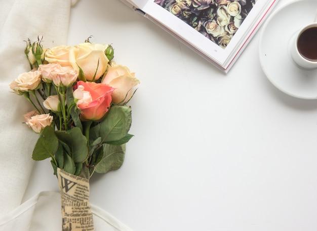 Frühlingsmode flat lay. spring to do liste. bücher, kaffee, rosen