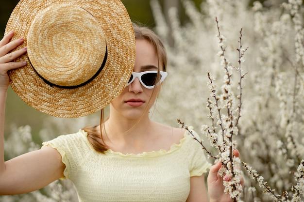 Frühlingsmode-mädchen-außenporträt in voller blüte