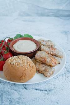 Frühlingsrolle mit fleisch und gemüse diente auf einem weißen teller mit soße.