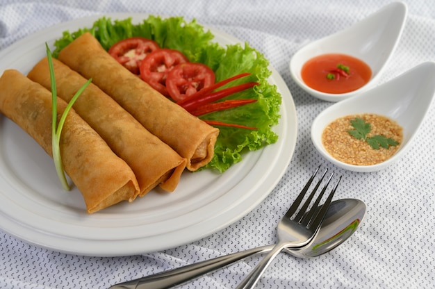 Frühlingsrolle oder gebratene frühlingsrollen auf dem weißen teller thailändisches essen. .