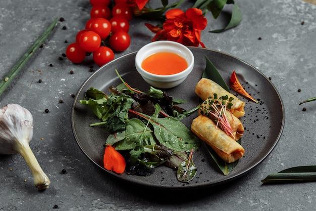 Frühlingsrollen mit süßer chilisauce asiatische küche