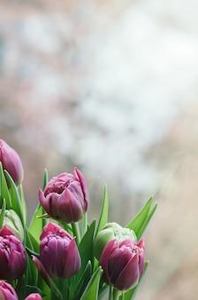 Frühlingsrosa blumen verwischten abstrakten hintergrund vertikal
