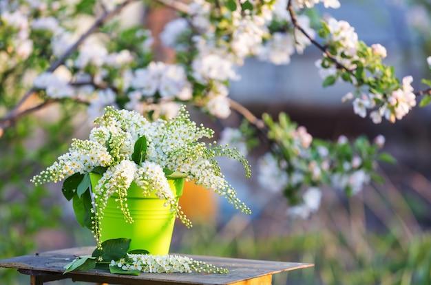 Frühlingsszene im grünen garten