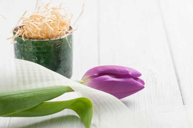 Frühlingstischschmuck mit tulpe
