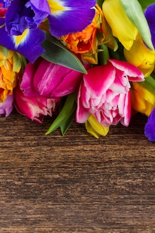 Frühlingstulpen und iris auf holz