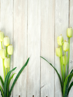 Frühlingstulpenblumen auf einem alten hölzernen