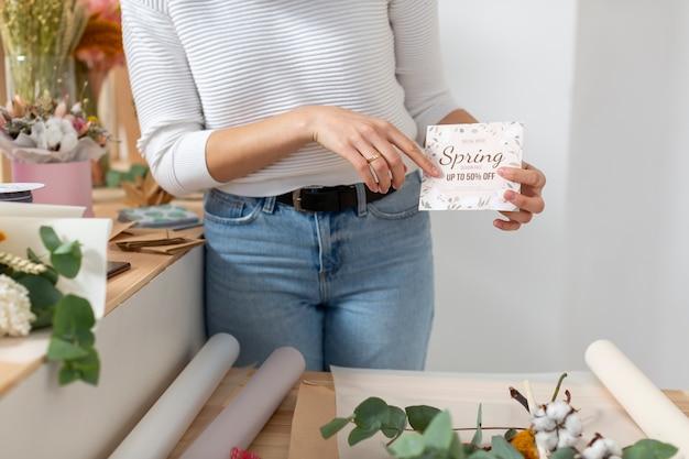 Frühlingsverkauf des kleinen blumenladengeschäfts und der frau