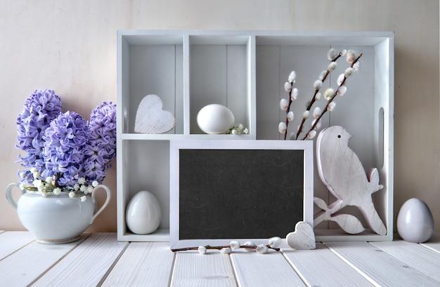 Frühlingswand mit frühlingsdekorationen. vitrine mit osterdekorationen, text