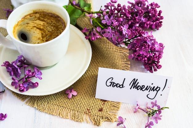 Frühlingszeitinnenraum mit kaffeetasse