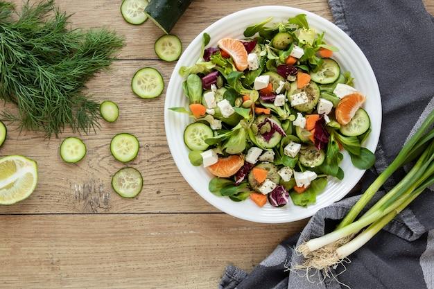 Frühlingszwiebeln und gurken für salat