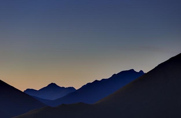 Frühmorgens im berggebiet. morgendämmerung über den bergen und tälern des nordkaukasus in russland