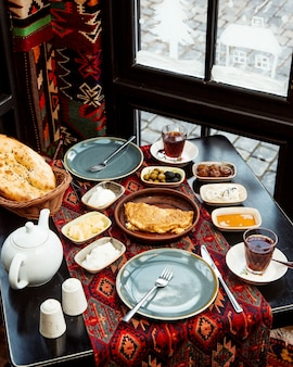 Frühstück am fenster mit heißem brotomelett und butter und käse