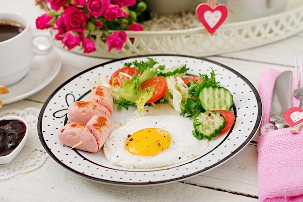 Frühstück am valentinstag - spiegelei in form eines herzens, toast, wurst