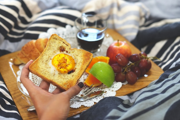 Frühstück auf dem bett fensterlicht
