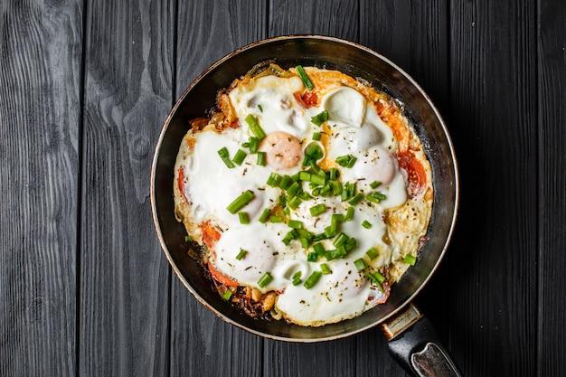 Frühstück auf dem tisch: ein spiegelei in der pfanne