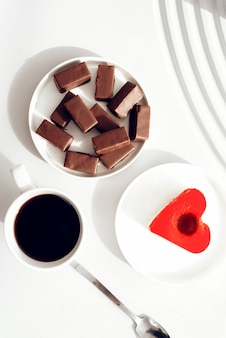 Frühstück auf dem tisch. kaffee mit kuchen.