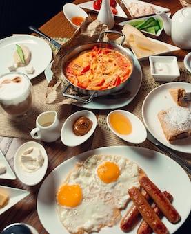 Frühstück auf den tisch gelegt