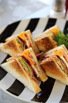 Frühstück club-sandwich mit pommes