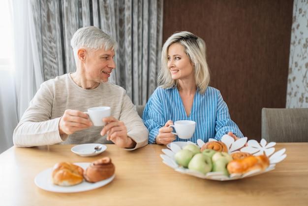 Frühstück des erwachsenen liebespaares zu hause