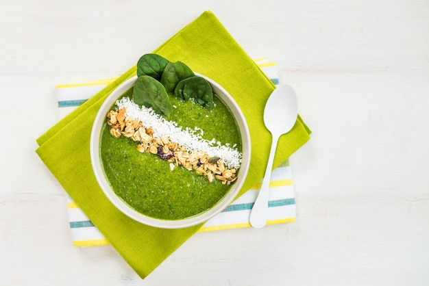 Frühstück detox green smoothie aus banane und spinat