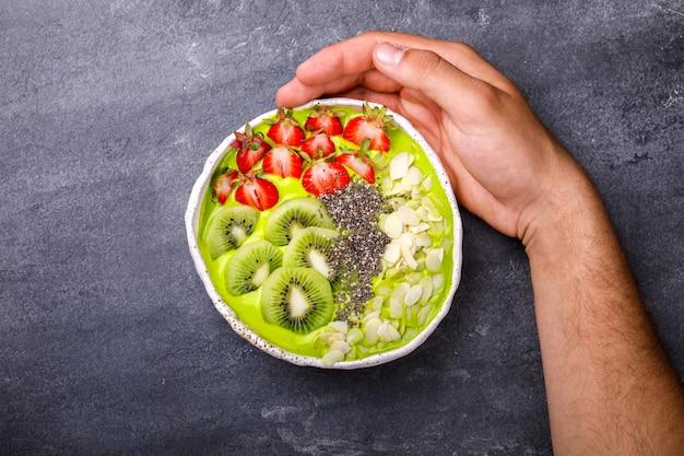 Frühstück detox green smoothie bowl mit frischen beeren