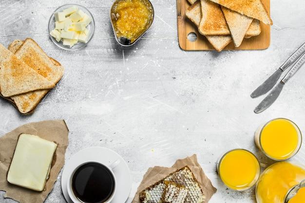 Frühstück. geröstetes brot, kaffee mit orangensaft und marmelade.