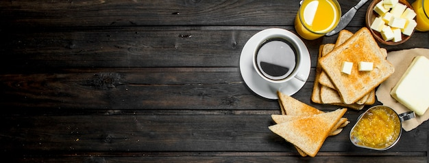 Frühstück. geröstetes brot und butter, kaffee und orangensaft.