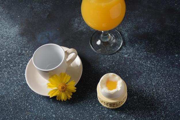 Frühstück. glas orangensaft und gekochtes ei