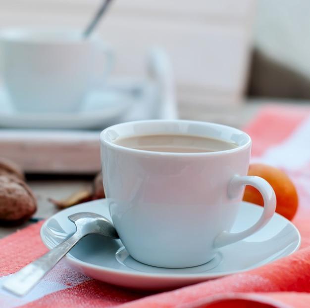 Frühstück herbst nachmittagstee, nüsse, äpfel und pflaumen