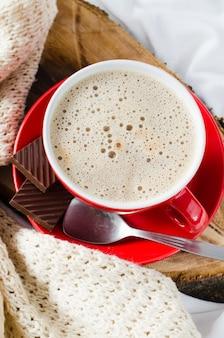 Frühstück im bett. cappuccino und schokolade.