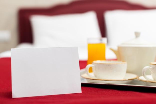 Frühstück im bett im hotelzimmer