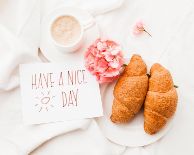 Frühstück im bett mit blume
