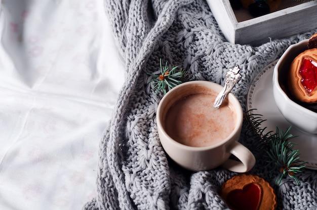 Frühstück im bett mit kaffee und keksen