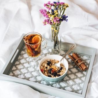 Frühstück im bett mit müsli und tee