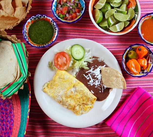 Frühstück in mexiko-omeletteiern mit chili-sauce