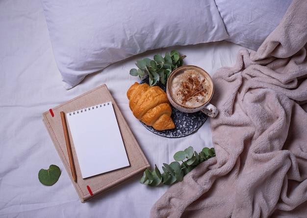 Frühstück in schlechtem zustand. croissants und kaffee