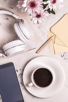 Frühstück - kaffee, tephon, kopfhörer. draufsicht mit kopierraum.