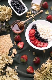 Frühstück mit allround-hüttenkäse auf teller und obst,