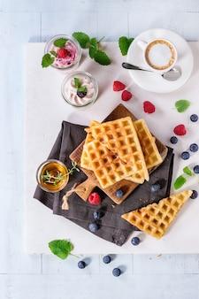 Frühstück mit belgischen waffeln