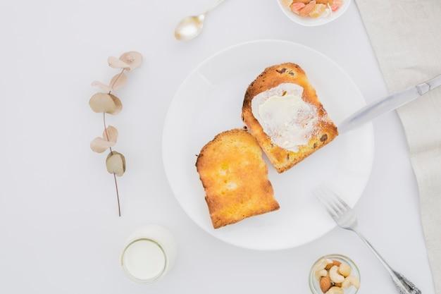 Frühstück mit brotscheiben und butter