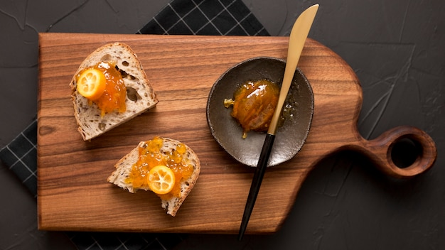 Frühstück mit brotscheiben und marmelade draufsicht